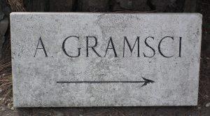Wegweiser zum Grab Antonio Gramscis auf dem Cimitero acattolico in Rom