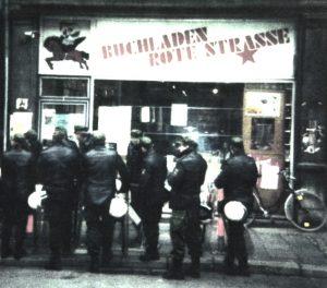 »Polizeistaatsbesuch«: Szene vor dem Buchladen Rote Straße in Göttingen (© Buchladen Rote Straße, Göttingen)
