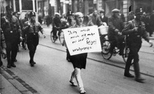 Der jüdische Anwalt Dr. Michael Siegel wird im März 1933 von SA-Schergen über den Münchner Stachus getrieben (Quelle: Bundesarchiv, Bild 183-R99542, via Wikimedia Commons )