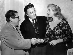Ennio Flaiano, Federico Fellini und Anita Ekberg auf einem Publicity-Foto für La dolce via