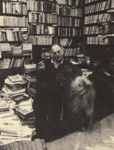 Walter Boehlich in seiner Bibliothek